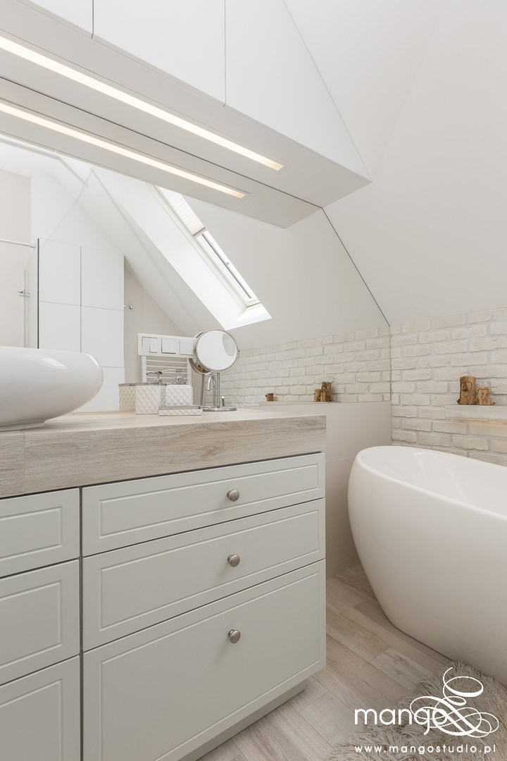 Mango Studio Projektowanie wnętrz pod klucz dom loftowy kolonialny nowoczesny biała łazienka z cegłą (17)