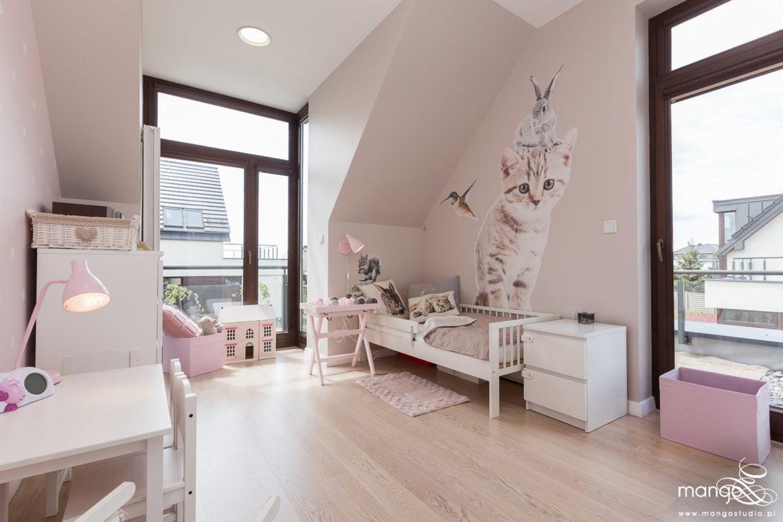 Mango Studio Projektowanie wnętrz pod klucz dom nowoczesny pokój dziewczyki różowy słodki kropki na ścianie(1)