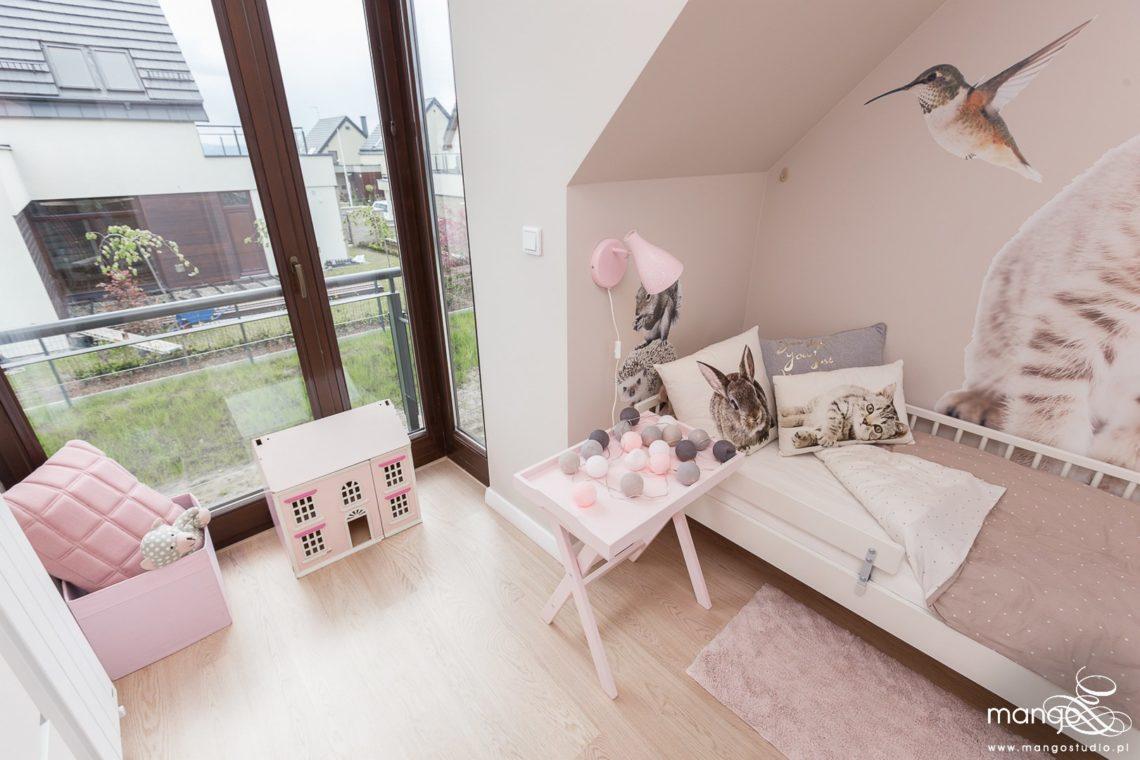 Mango Studio Projektowanie wnętrz pod klucz dom nowoczesny pokój dziewczyki różowy słodki kropki na ścianie(15)