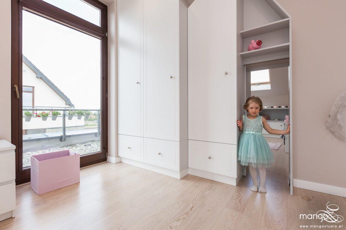 Mango Studio Projektowanie wnętrz pod klucz dom nowoczesny pokój dziewczyki różowy słodki kropki na ścianie(17)