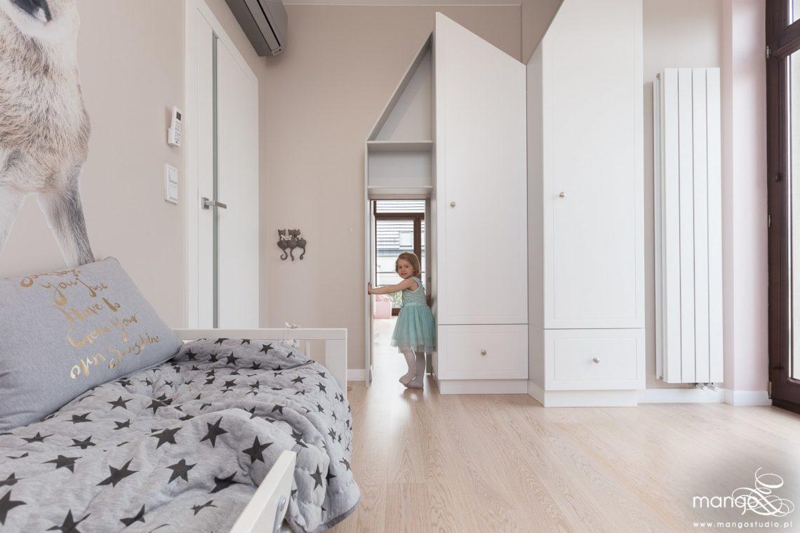 Mango Studio Projektowanie wnętrz pod klucz dom nowoczesny pokój dziewczyki różowy słodki kropki na ścianie(20)