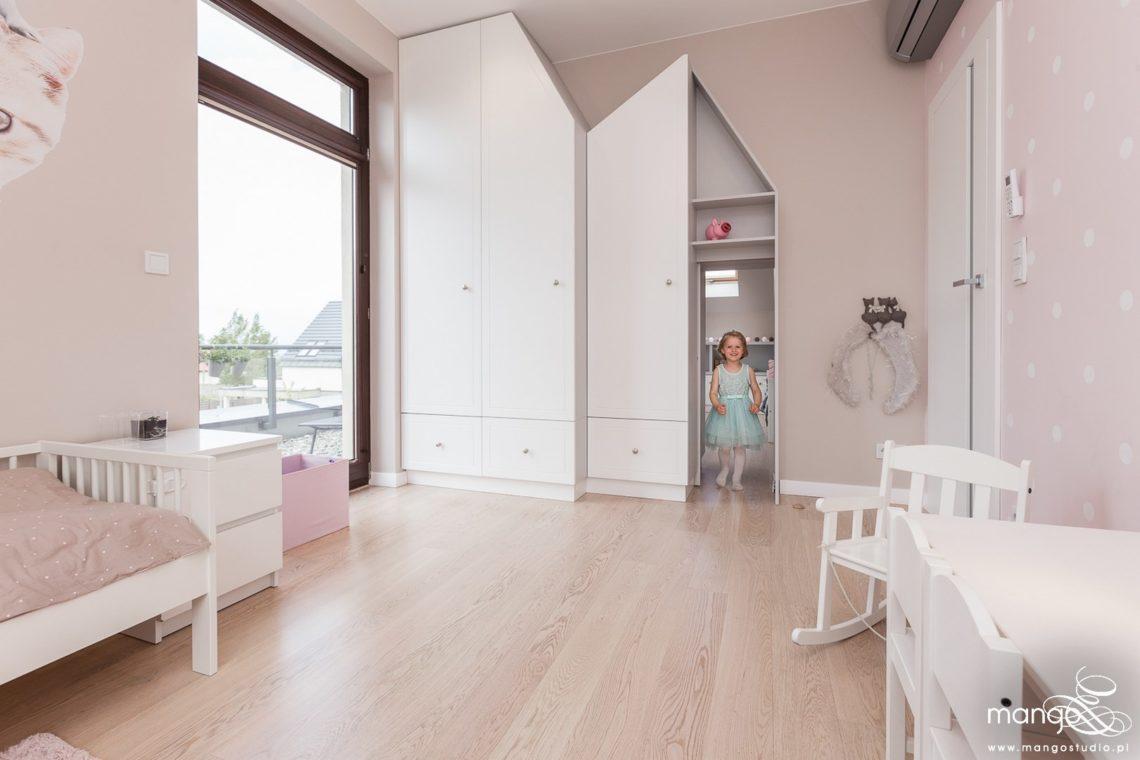 Mango Studio Projektowanie wnętrz pod klucz dom nowoczesny pokój dziewczyki różowy słodki kropki na ścianie(16)