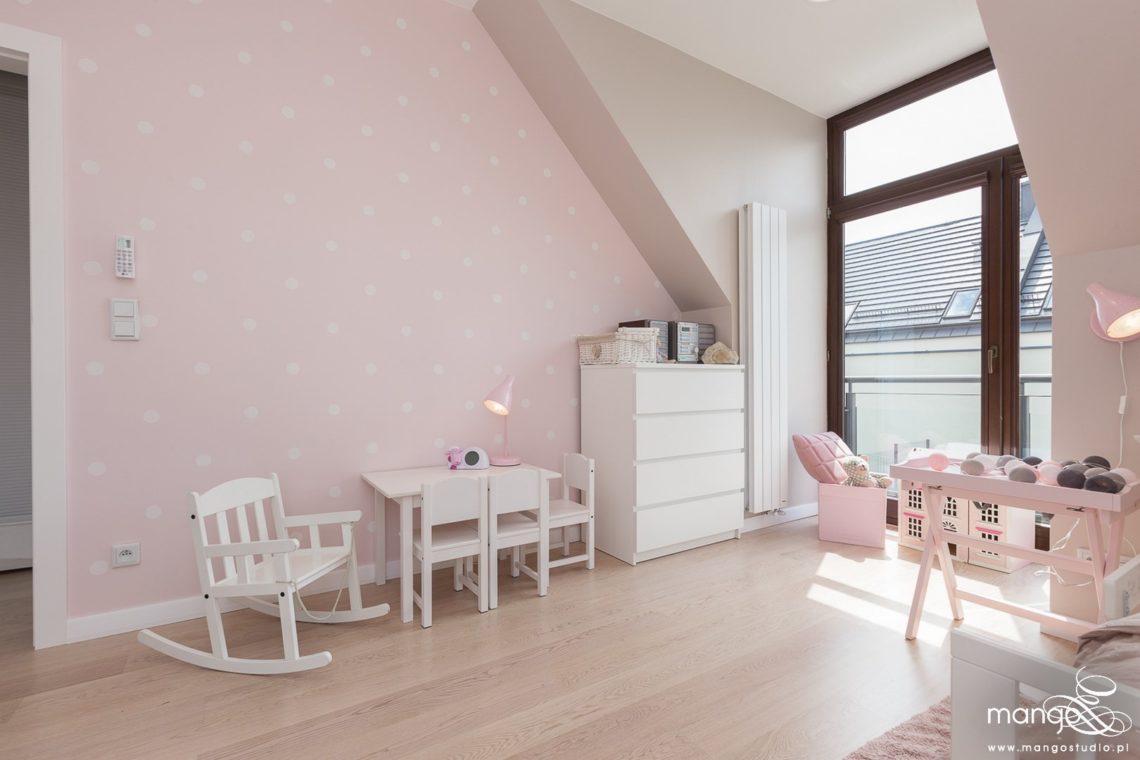 Mango Studio Projektowanie wnętrz pod klucz dom nowoczesny pokój dziewczyki różowy słodki kropki na ścianie(2)